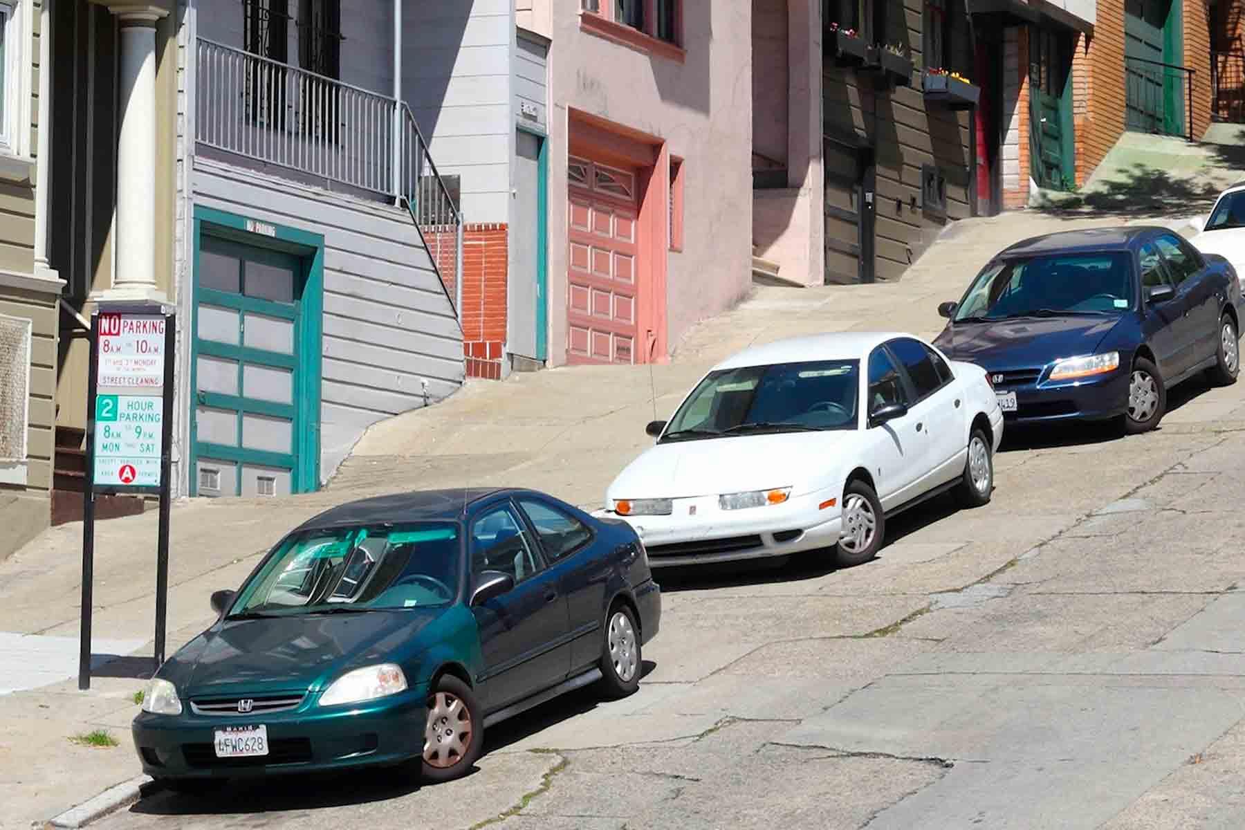 Auto parcheggiate in discesa