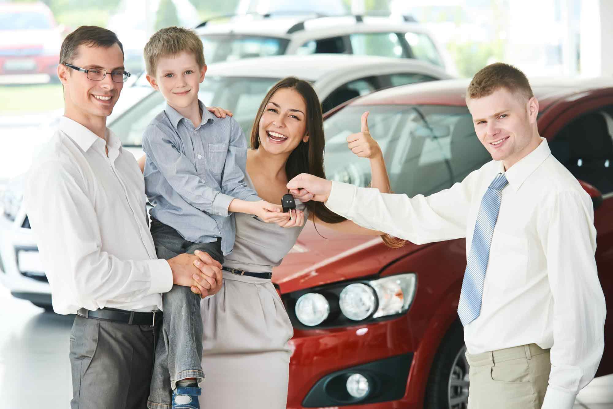 Famiglia che acquista auto