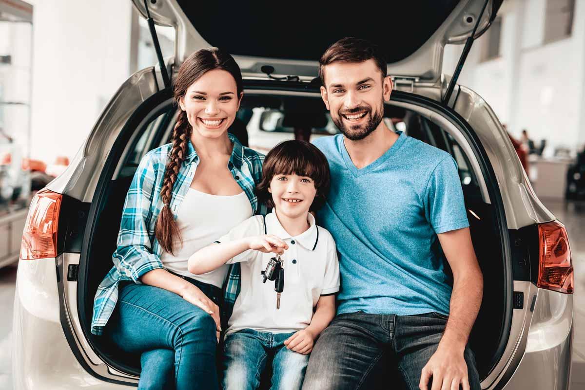 Famiglia che sta acquistando una vettura