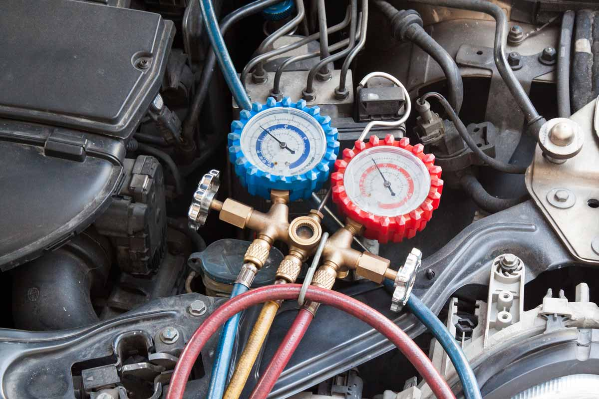 Manometro utilizzato per misurare la pressione dell aria condizionata in auto