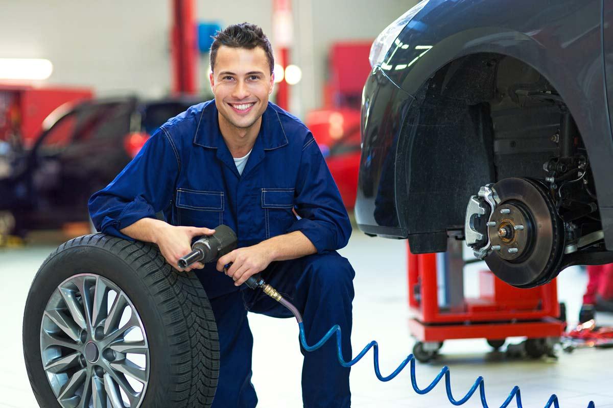 Meccanico che cambia gli pneumatici