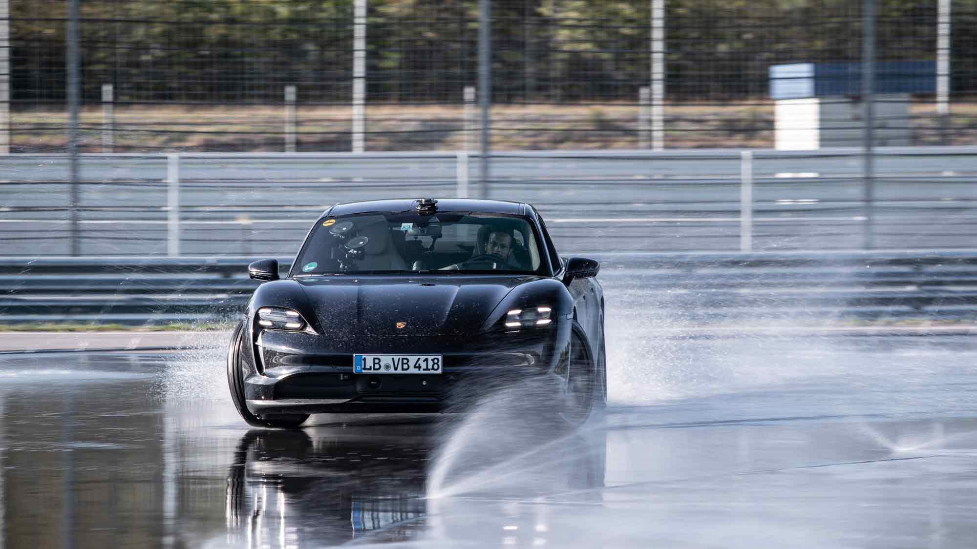 Porsche Taycan nel circuito di Hockenheim