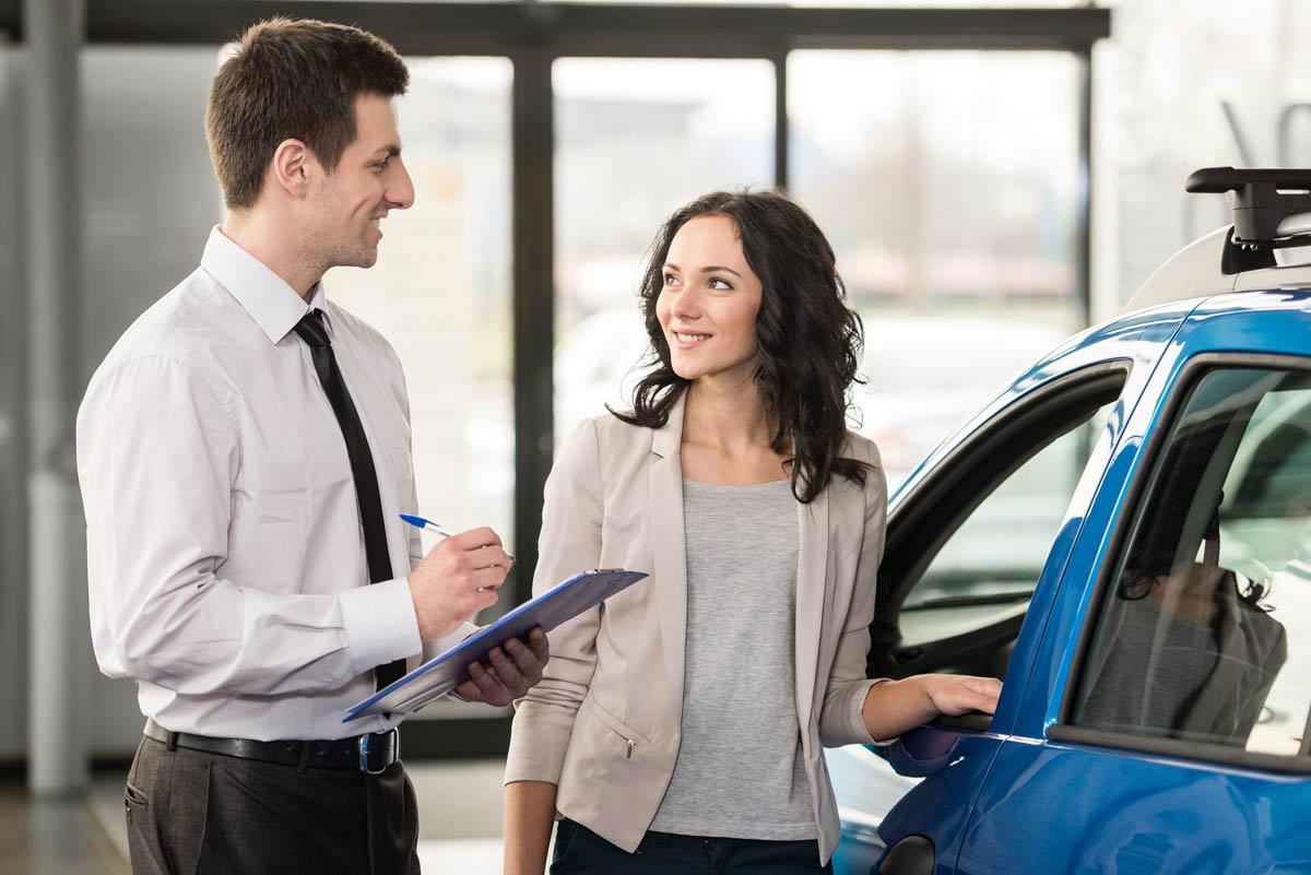 Ragazza acquista una vettura
