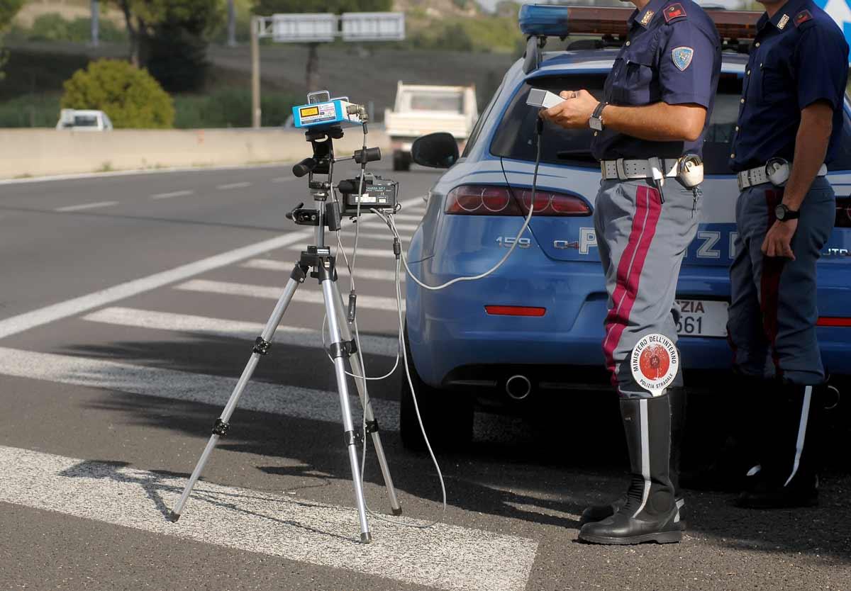 Rilevamento velocità da parte di agenti di Polizia con autovelox